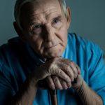 Пожилой человек с признаками депрессии